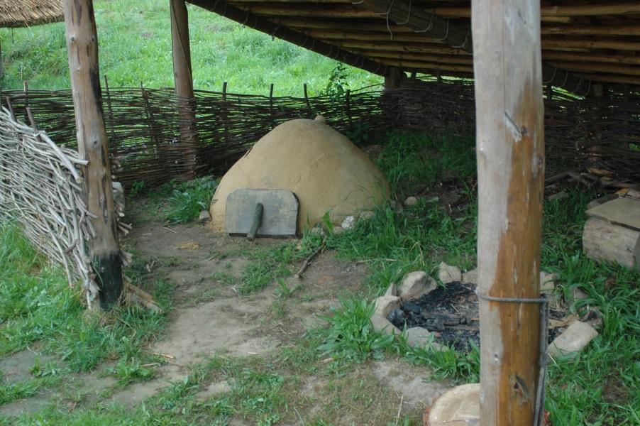 Rekonstruktion eines Lehmofens einschließlich Laufhorizont, wie er in Hirschaid ausgegraben wurde (hier in Geschichtspark Bärnau-Tachov)