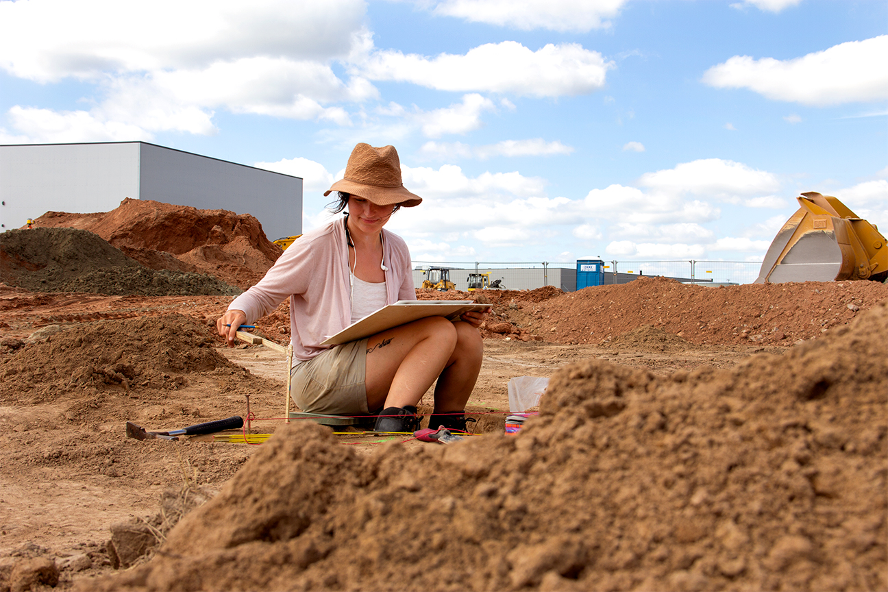 Mitarbeiterin der Grabungsfirma IN TERRA VERITAS beim Anfertigen einer Profilzeichnung