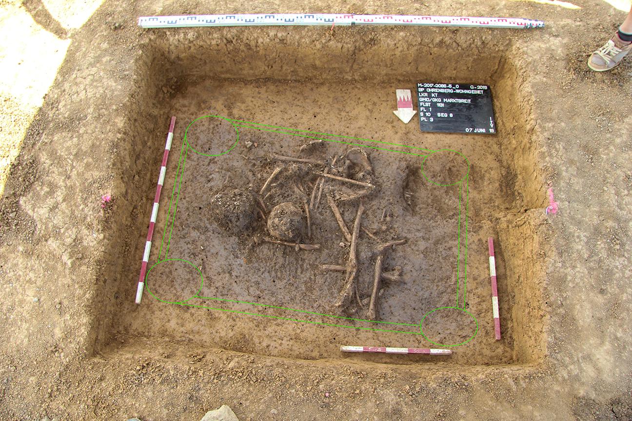 Doppelbestattung in einem rechteckigen und schachtförmigen Grabbau mit Eckpfosten / Marktbreit, Unterfranken