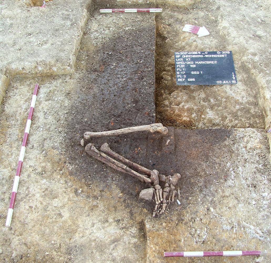 Grab einer erwachsenen Person (vermutlich Mann) mit ungewöhnlicher Körpergröße von mindestens 1,80 Meter / Marktbreit, Unterfranken