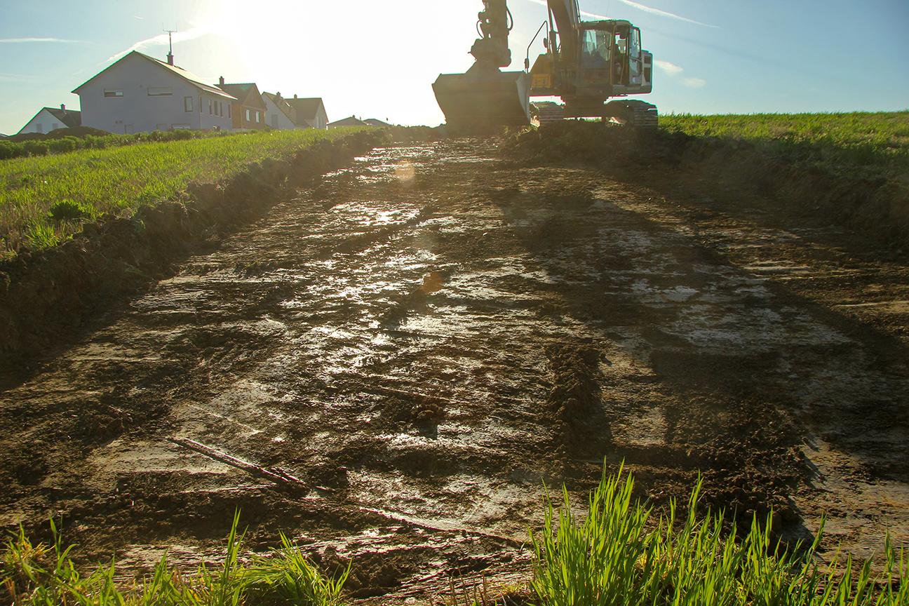 Oberbodenabtrag, deutlich sichtbare Hanglage der Ausgrabungsfläche, Ausgrabung Marktbreit/Unterfranken