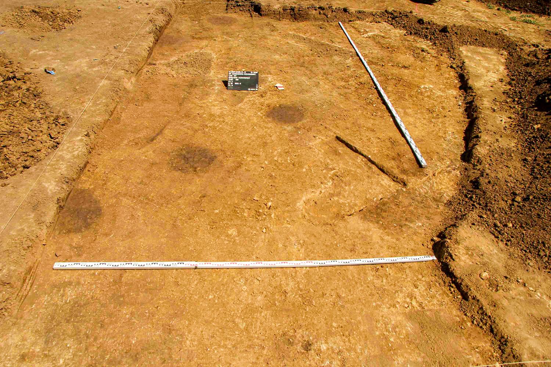 Pfostenlöcher eines Langhauses aus der Linearbandkeramik um 5000 v.Chr. auf dem Ohrenberg in Marktbreit/Unterfranken