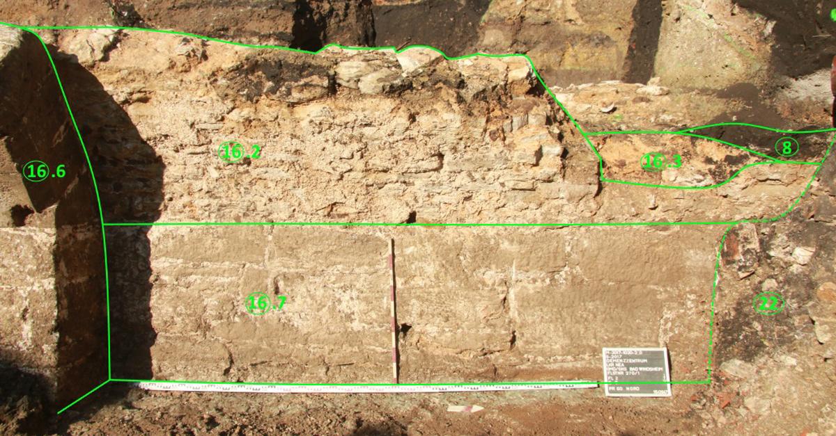 Kellermauern mit Tonnengewoelbeansatz Bad Windsheim Heilig Geist Spital