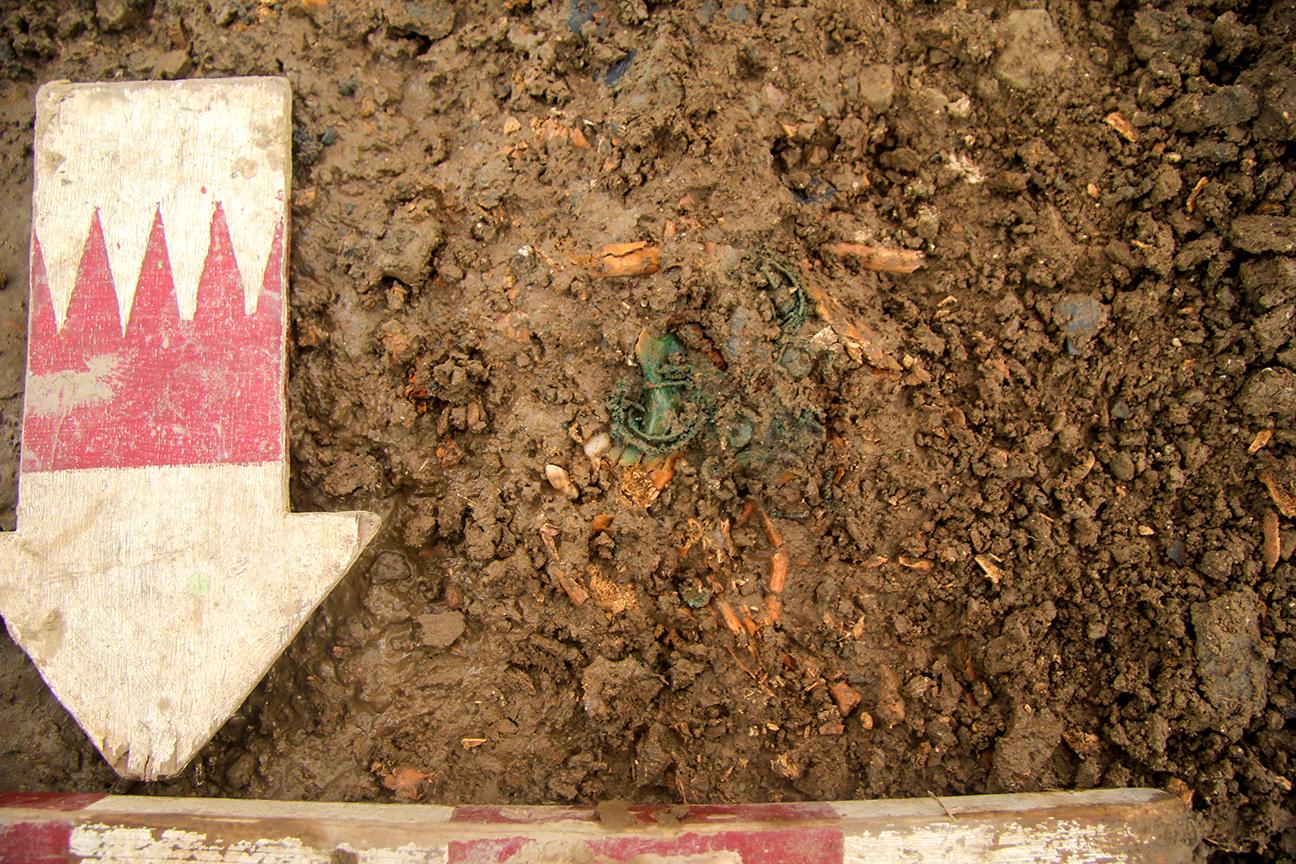 Überreste der Gebeine des etwa 4-jährigen Kindes und der Totenkrone